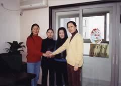 スタッフ写真と安書琴、王紅橋